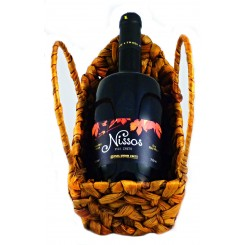 Červené suché víno Nissos v dárkovém košíku